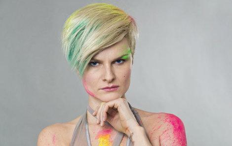 Pazderková se v první sérii Tváře představovala Pink.