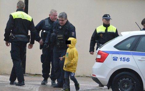 Jeden z malých výtržníků, kteří v zoo chladnokrevně ubili chovného plameňáka.