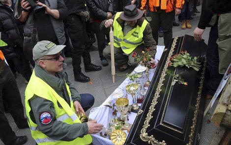 Symbol pohřbíváni svobody.