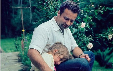 Menšík s dcerou Martinou na chalupě.