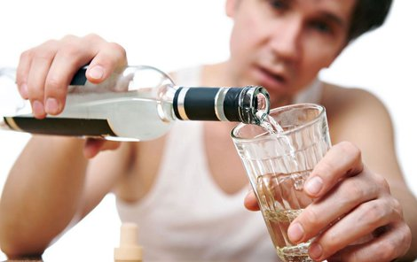 Opilý mladík (15) se pustil do mámy v pražských Hodkovičkách.