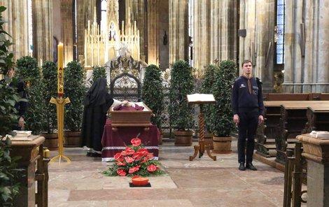 Rakev s ostatky ležela v chrámu sv. Víta na Pražském hradě.