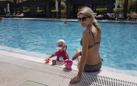 Iveta s dcerkou Anetkou u bazénu.