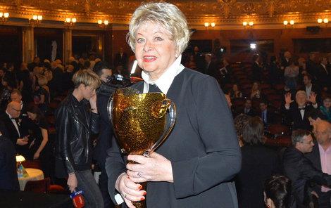 Alena Vránová nepustila cennou trofej z ruky.