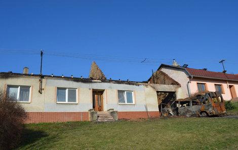 Vlevo zničený dům Čechmanových, vpravo vyhořelo Zábojníkovým celé podkroví. Příčina? Dodávka.