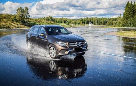 Slabý výkon na mokré vozovce je velmi nebezpečný.