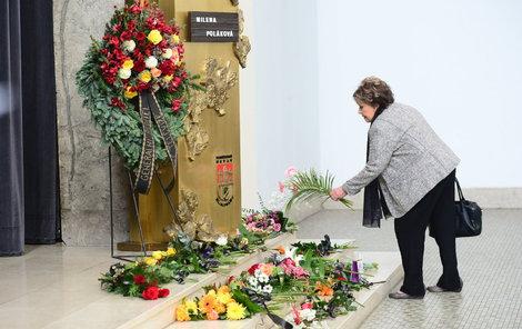 Stejně jako ostatní smuteční hosté položila i Jiřina Bohdalová ke katafalku květiny. Slzám se neubránila...