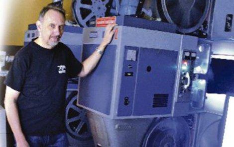 Pavel Tomešek pracuje v kině Mír od roku 1986.