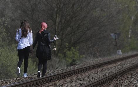 Místem tragédie už vlaky projíždějí, kamarádi obětí tam uctili jejich památku.