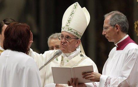 Taťána při udílení svátostí od papeže Františka.