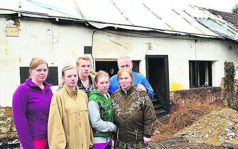 Rodina před vyhořelým domem. Zleva dcery Pavlína, Kristýna a Simona, maminka Pavlína, vzadu syn Miloslav a otec Miloslav.