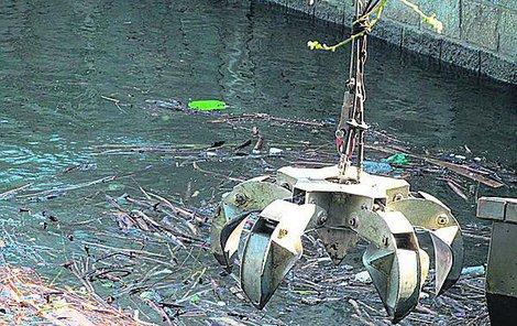 Vodohospodáři musejí těžit z přehrady tuny odpadků těžkou technikou.