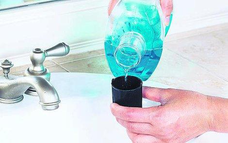 Ústní voda nablýská i zašlé koupelnové bakterie. Pokud nejste spokojení se vzhledem kohoutku, můžete to zkusit hned, jak si dočistíte zuby.