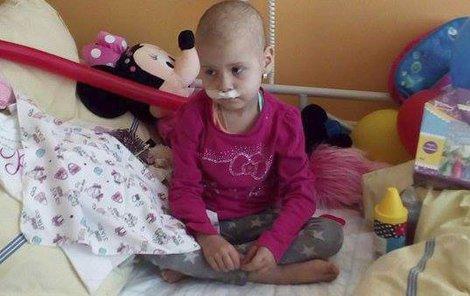 Nemocná holčička bojuje s rakovinou ze všech sil.