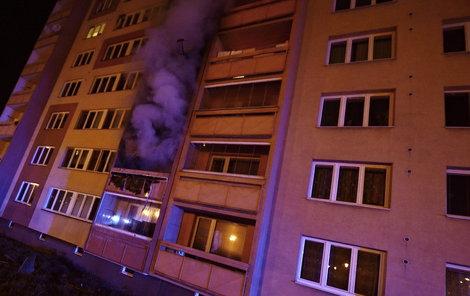 Hasiči přijížděli k hořícímu bytu před 3. hodinou ranní.