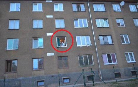 V okně, z nějž ženu muž vyhodil, pracuje policejní technik. Přes branku plotu bezvládné tělo přetahoval.