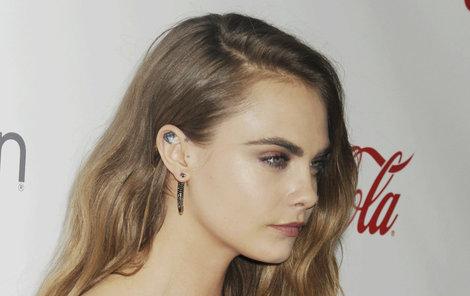 Modelka Cara Delevingne (24). Pravda, tetování v těchto místech má i jisté výhody – snadno se dá schovat pod vlasy.