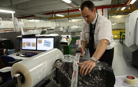 Kontrolovaná zavazadla budou zabalena a označena páskou.
