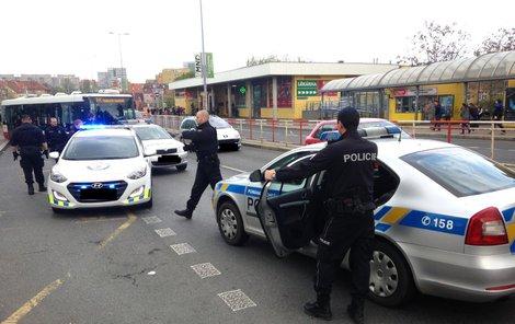 Střelce odvezli ze zastávky policisté.