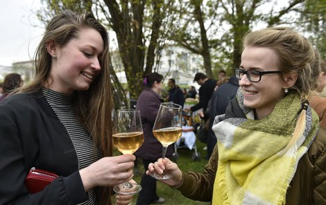 Víno vyrobené podle středověkých postupů má oranžovou barvu.