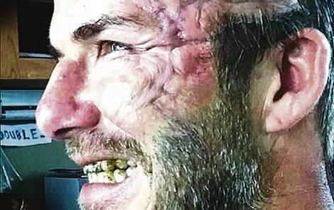 Takhle Davida zřídili v maskérně.