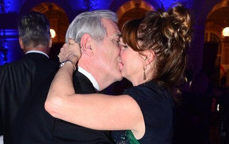 Vášnivý polibek dal Karel nečekaně své manželce.