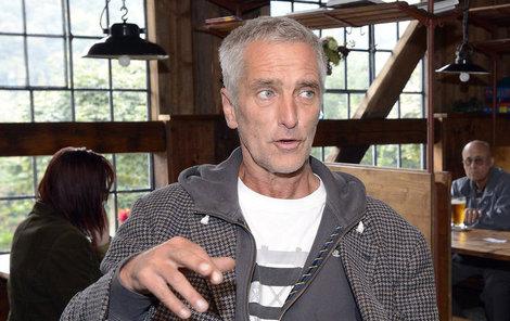 Tomáš Hanák ve své hospodě. Po léčení v roce 1994 abstinuje, ale přiznává, že má rád chvíle, kdy se jeho paní napije vína a dlouze ho políbí. Tak to má s alkoholem…