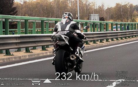Skutečně rychlou jízdu si užil motorkář na Karlovarsku.
