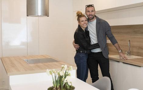 Manželé Koukalovi ve své nové kuchyni. Kdo bude asi častěji stát u plotny?