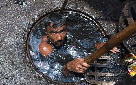 Jeho úkolem je čistit městské kanalizační potrubí v bangladéšské metropoli Dháce.