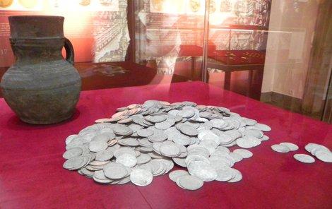 Poklad z Kostelan na Kroměřížsku. Jde o 937 stříbrných pražských grošů Karla IV. a Václava IV. ze začátku 15. století.