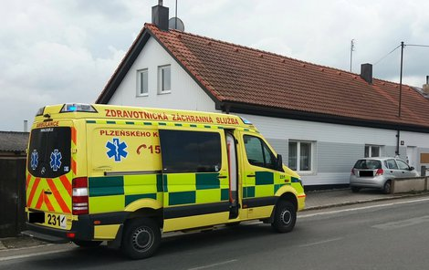 Seniorka nepřežila, jejího druha odvezla záchranka do nemocnice.