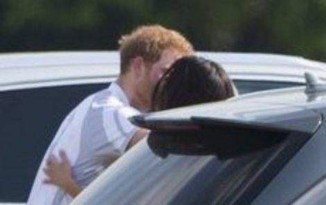 První společná pusa na veřejnosti!
