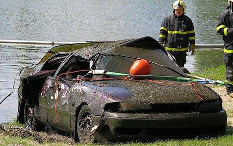 Čtyři auta vytáhli z rybníku.