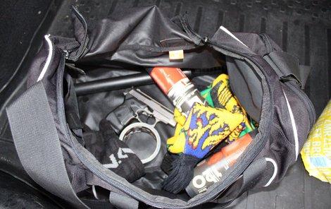 Lupičům zabavila zásahová jednotka zbraně, mezi nimi pistoli, obušek nebo slzný plyn.
