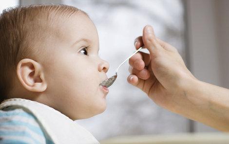 Děti do jednoho roku by neměly jíst med.