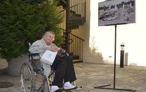 Svatuše Šroubková (91) u 85 let staré fotografie.
