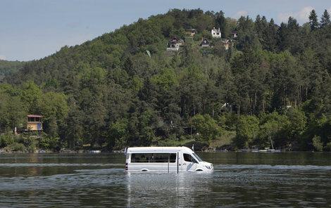 Na Slapech je průměrná hloubka 20 metrů, minibusu to ale vůbec nevadí.