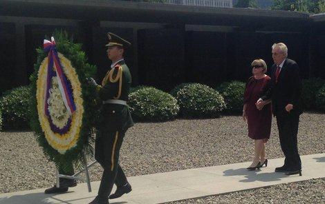 Památník jednoho z největších masakrů v historii Číny včera navštívil prezident Miloš Zeman (72).