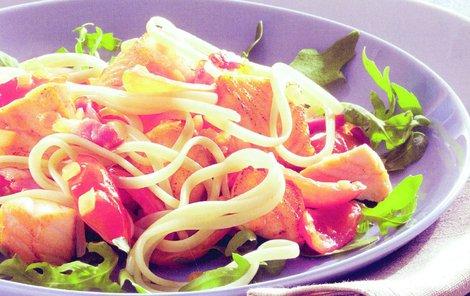 Špagety s lososem chutnají skvěle, když k nim budete popíjet bílé víno.