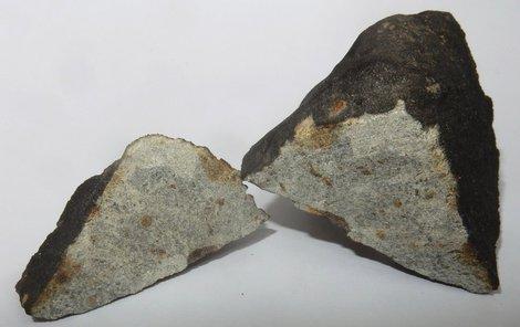 Nalezený meteorit ležel na poli a měl podobu kamene s černou kůrou.