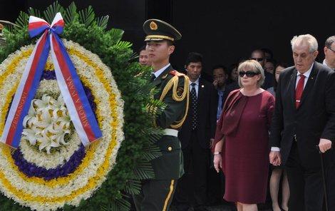 Zeman společně s manželkou Ivanou navštívili i památník v čínském Nanking.