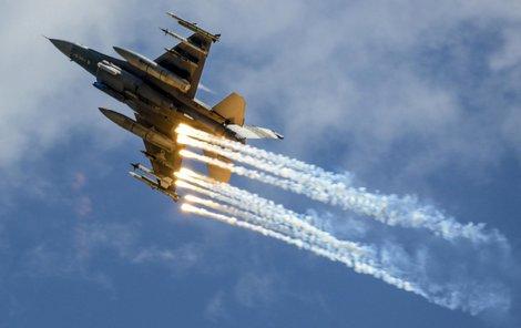 Americké stíhačky F 16 v akci...