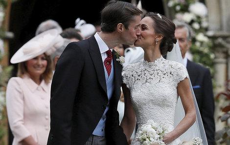 Nevěsta Pippa Middleton a ženich James Matthews