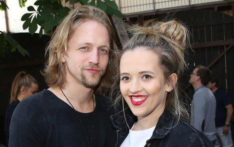 Tomáš Klus s těhotnou manželkou Tamarou.