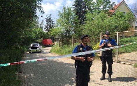 Policisté na místě tragédie.