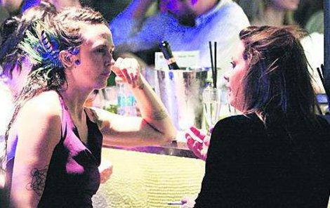 Langerová se bavila s neznámou dívkou.
