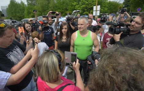 Jiřího Kajínka očekávali před věznicí davy fanoušků i novinářů.