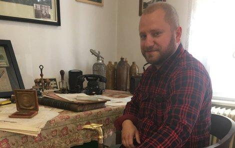 Ladislav Sýkora ukazuje jeho hůlku, která si zahrála v seriálu Já Mattoni...