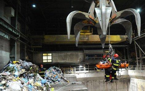 Dělník se zřítil mezi odpadky!